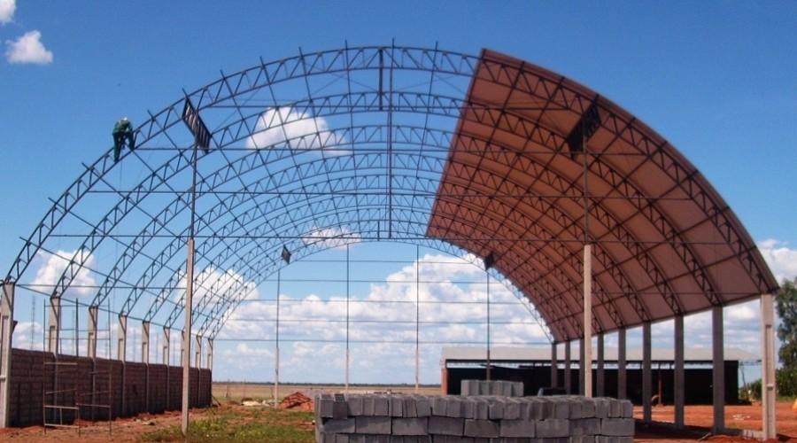 Estrutura metálica em arco