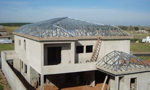 Estrutura metálica para telhado residencial