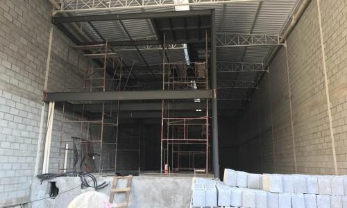 Construção de mezanino metálico